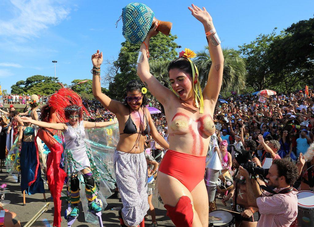 5 dicas de looks com maiô e biquíni para arrasar nos blocos do Carnaval 2020!